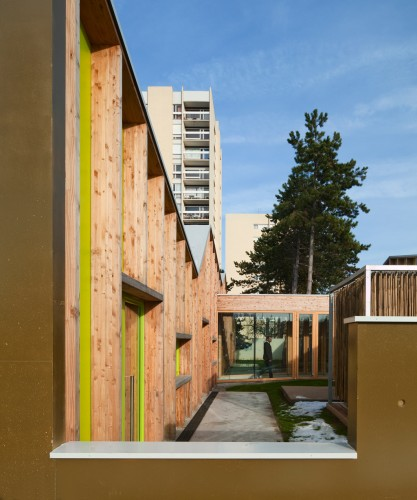 The heights of the two lateral masonry walls that constitute the units' gable ends vary according to the space immediately behind and give a crenelated silhouette. They provide external protection for the play areas and contribute to this feeling of inner tranquility that is at the very heart of the project.