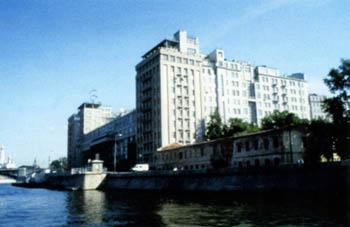 Только жилые и общественные здания вдоль Москва-реки...