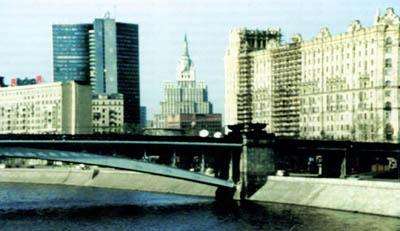 Застройка набережных Москва-реки неоднародна и несет в себе отпечаток разных стилей, эпох и масштабов...