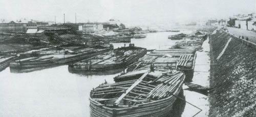 Так выглядела Москва-река и ее набережные в XIX в. По берегам угрюмой и грязной реки тянулись фабричные постройки