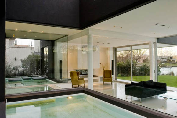 <br>The shallow pool that divides the house in two allows the indirect light to bathe the interiors, as the northern sun reflects it's light on the water surface. This way, light is present in every corner of the house, but never in a direct way.<br><br>