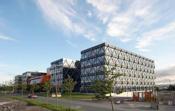 <br><br>В 1998 году старое здание аэропорта Форнебу было закрыто после 60 лет эксплуатации. В результате появилась возможность для инвестирования новых проектов. Был разработан план создания бизнес-центра для IT-компаний, который бы отвечал за развитие информационных технологий и управление ими. Это обусловило то, что в проектируемом здании сочетались функции административного объекта и офисного центра.<br><br><br>