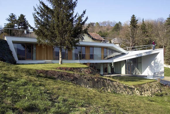 <br><br>Архитекторы: x Architekten<br><br>Место расположения: Вена, Австрия<br><br>Конструкции: Дерево, бетон<br><br>Площадь здания: 300 кв.м<br><br>Год проекта: 2003-2008 (2 стадии)<br><br>Фотографы: Max Nirnberger & Lorenz Prommegger<br><br><br><br>
