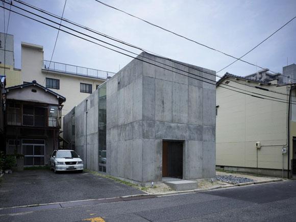 Архитекторы: Suppose design office<br> Месторасположенеи: <b>Коамихо, Хиросима, Япония</b><br> Площадь участка: 102.86 кв.м.<br> Площадь застройки: 62.80 кв.м.<br> Общая площадь здания: <b>121.97 кв.м.</b><br> Проект: <b>2008-2009гг</b><br> Фотографии: Toshiyuki Yano<br>