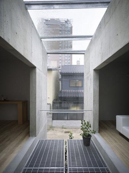 Двигаясь из комнаты в комнату мы поочедно попадаем то наружу, то в жилое помещение. Японский дом связал эти понятия. Слияние достигнуто благодаря отдельным проходным комнатам с панорамными стенами и крышей, в которых раскинулись японские сады.