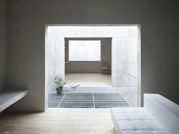 Через японский сад по типичной для улицы лестнице, мы попадаем на второй этаж, где нашему взору предстают студия, гостиная, кухня и ванная комната. Всюду взгляд натыкается на роскошный минимализм посреди отделки бетоном.