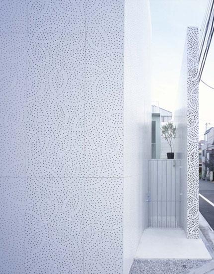 Наружний фасад покрыт белым перфорированным материалом, именно он и создает неотразимый внешний вид здания.