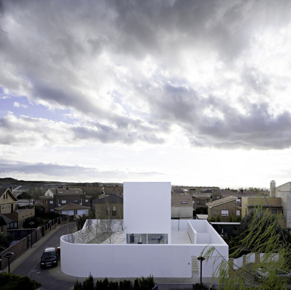 Архитектор: Alberto Campo Baeza.<br> Месторасположение: Сарагоса, Испания.<br> Площадь здания: 216 кв.м.<br> Проектирование: 2006-й год.<br> Строительство: 2008-й год.<br> Фотографии: Javier Callejas.<br>
