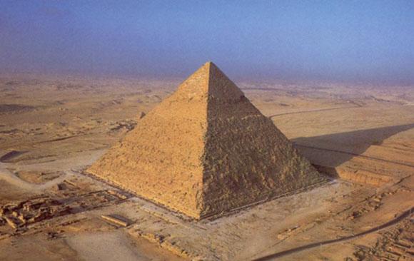 """Но самое интересное в том, что пирамида на тот момент всё ещё не была достроена – её высота составляла около 120 метров (окончательная высота сооружения – 146,6 метра).<br><br>Параллельно американцам удалось объяснить причины закладки туннеля над """"Камерой царя"""" – это были спасательные работы, проведённые, по-видимому, главным архитектором проекта Хемиуном. Дополнительно он распорядился залить трещины специальным раствором.<br><br>В итоге это сработало, и пирамида, как нам всем известно, была завершена.<br>"""