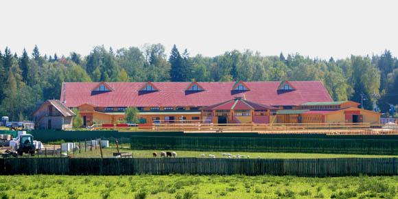 Вид издалека на конно-спортивный комплекс ЭквитоRUS
