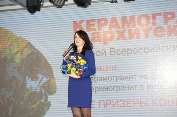 Татьяна Комарова – директор по маркетингу компании ESTIMA Ceramica с символом конкурса – «Стеклянной палитрой». Фотография предоставлена организаторами