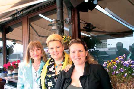 Виктория Маунула, главный художник г. Сочи Элина Борисовна Баранская и Полина Владимировна Ноздрачева, 2008 г.