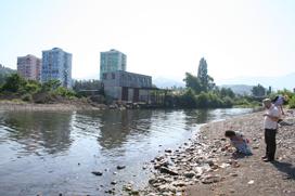 Река Коралис-Тсхали - водная граница проектного участка.